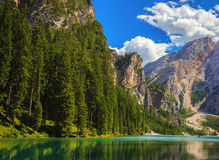Lago Braies que sorprende Fotos de archivo