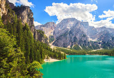 Lago Braies que sorprende Imagenes de archivo