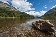 Lago Braies in un giorno soleggiato di estate, dolomia, Trentino, Italia Immagine Stock