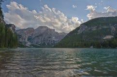 Lago Braies in un giorno soleggiato di estate, dolomia, Trentino, Italia Fotografie Stock