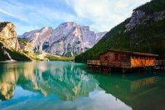 Lago Braies y x28; Pragser Wildsee y x29; en montañas de las dolomías Fotos de archivo