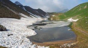Lago Branchino un lago naturale alpino durante la stagione primaverile Alpi di Orobie Alpi italiane lombardy Immagine Stock Libera da Diritti