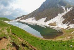 Lago Branchino un lago naturale alpino durante la stagione primaverile Alpi di Orobie Alpi italiane lombardy L'Italia Immagini Stock Libere da Diritti