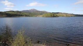 Lago BRITÂNICO garry Scotland do Loch escocês bonito a oeste de Invergarry no A87 ao sul do forte Augustus vídeos de arquivo