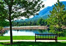 Lago Broadmoor - sentándose por Cheyenne Mountain Imagenes de archivo