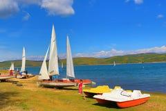 Lago Bulgária Iskar da regata dos barcos de navigação Fotos de Stock Royalty Free