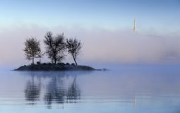 Lago Burley Griffin Island na névoa fotografia de stock royalty free
