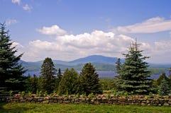 Lago cénico, montanhas e nuvens Fotografia de Stock