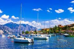 Lago cênico Lago di Garda, vista com barcos de navigação, Ital do norte Fotos de Stock