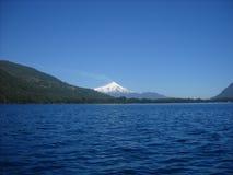 Lago Caburgua. Paisaje natural con una vista del Lago Caburgua hacia el volcán villarrica de Chile Royalty Free Stock Image