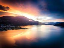 Lago Caldonazzo em Trentino durante um por do sol espetacular Imagens de Stock