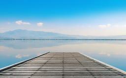 Lago calmness con la montagna nel tramonto fotografia stock