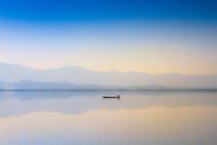 Lago calmness en puesta del sol foto de archivo