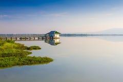 Lago calmness en puesta del sol imagen de archivo libre de regalías
