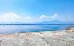 Lago calmness por la mañana con la montaña imagen de archivo libre de regalías