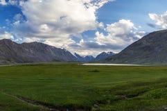 Lago calmo Ak-Oyuk dell'alta montagna Il turista dirige Altai in Russia Fotografia Stock