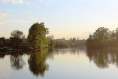 Lago calmo al tramonto Fotografie Stock Libere da Diritti