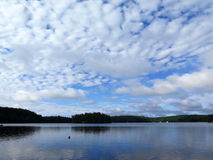 Lago calmo con le nuvole Fotografia Stock