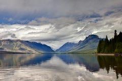 Lago calmo della montagna fotografia stock