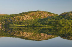 Lago calmo di estate e di rocce Fotografie Stock Libere da Diritti