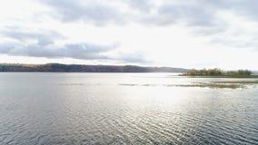 Lago calmo di vista di occhio di uccello con le piccole isole ed il cielo nuvoloso video d archivio