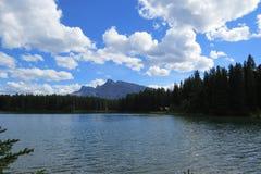 Lago calmo em um dia bonito Fotos de Stock