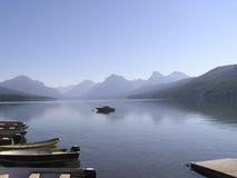 Lago calmo na névoa no amanhecer Imagens de Stock