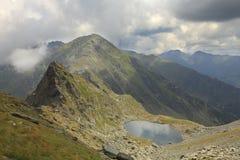 Lago Caltun em montanhas de Fagaras Foto de Stock