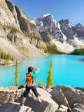Lago Canadá, fotógrafo turístico moraine Imágenes de archivo libres de regalías