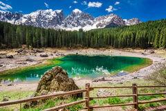 Lago Carezza de la montaña en la primavera en dolomías, Italia, Europa Fotografía de archivo libre de regalías
