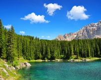 Lago Carezza - dolomías, montañas, Italia Foto de archivo libre de regalías