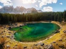 Lago Carezza in dolomia in autunno, Italia Fotografia Stock Libera da Diritti