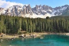 Lago Carezza ed alpi delle dolomia, Italia Immagine Stock