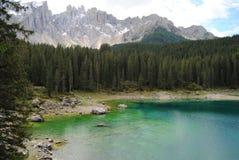 Lago Carezza - lago pequeno cênico em Tirol sul, Itália Fotos de Stock