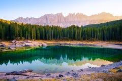 Lago Carezza nelle alpi delle dolomia L'Italia Fotografia Stock