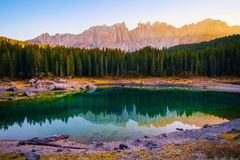 Lago Carezza nelle alpi delle dolomia L'Italia Fotografia Stock Libera da Diritti