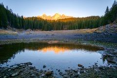 Lago Carezza nelle alpi delle dolomia L'Italia Immagini Stock