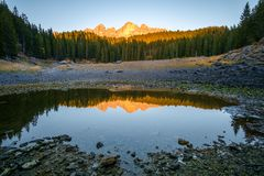 Lago Carezza nelle alpi delle dolomia L'Italia Immagine Stock