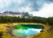 Lago Carezza o Lago di Carezza, Karersee nelle alpi delle dolomia Il Tirolo del sud Italia Immagine Stock