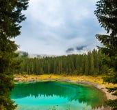 Lago Carezza o Lago di Carezza, Karersee nelle alpi delle dolomia Il Tirolo del sud Italia Fotografie Stock Libere da Diritti