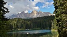 Lago Carezza y pico de Roda di Vael Fotos de archivo libres de regalías