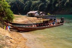 Lago, casas, barco en Tailandia Foto del viaje fotos de archivo libres de regalías
