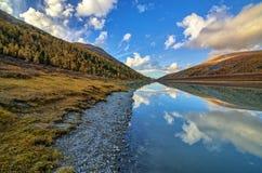 Lago in cascata in valle di Akkem nel parco naturale delle montagne di Altai Immagini Stock