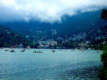 lago, case e cielo fotografie stock libere da diritti