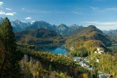 Lago, castello e piccolo villaggio Fotografia Stock Libera da Diritti