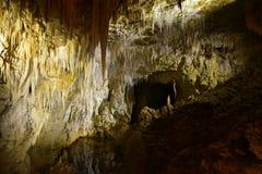 Lago cavern de la piedra caliza de estalactitas en Aranui Foto de archivo libre de regalías