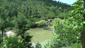 lago cerca de la cascada en Maries, Thassos Grecia almacen de metraje de vídeo
