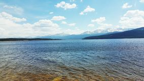Lago cerca de las montañas rocosas Imagen de archivo libre de regalías