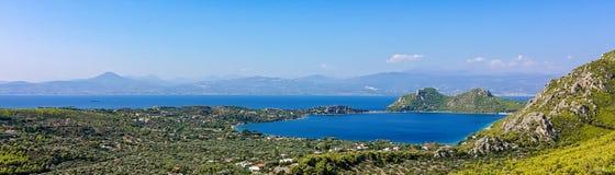 Lago cerca de Loutraki en un día de verano, Grecia Vouliagmeni foto de archivo