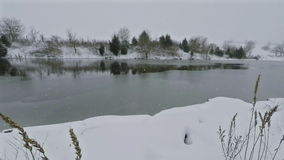 Lago che si congela sopra stock footage